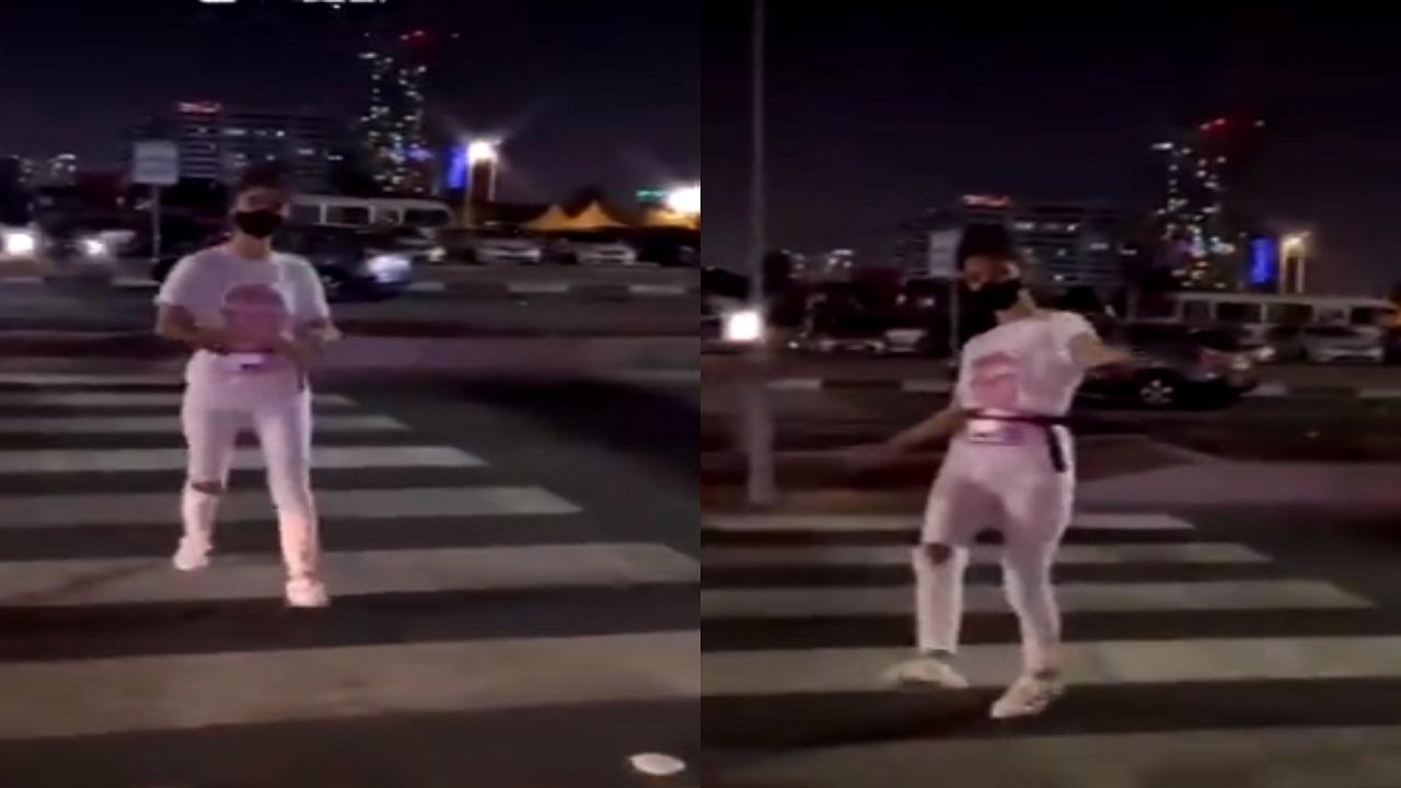 بالفيديو.. فتاة بلباس غير محتشم ترقص وسط الشارع