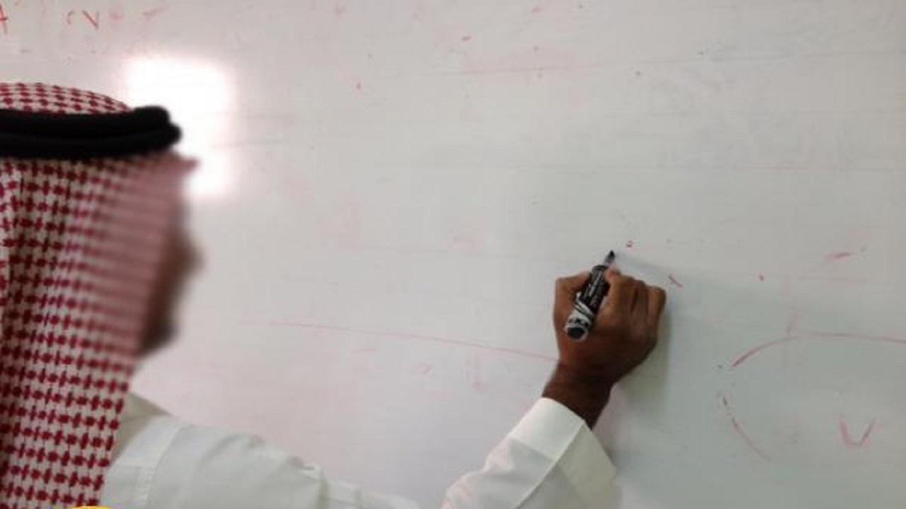 معلم يودع طلابه قبل وفاته بنصف ساعة بالقنفذة