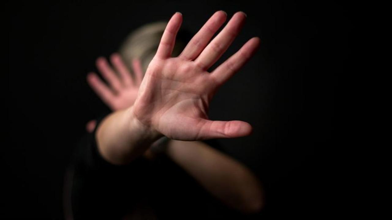 رجل يتحرش بفتاة أثناء ممارستها الرياضة بسبب جمالها الأخاذ