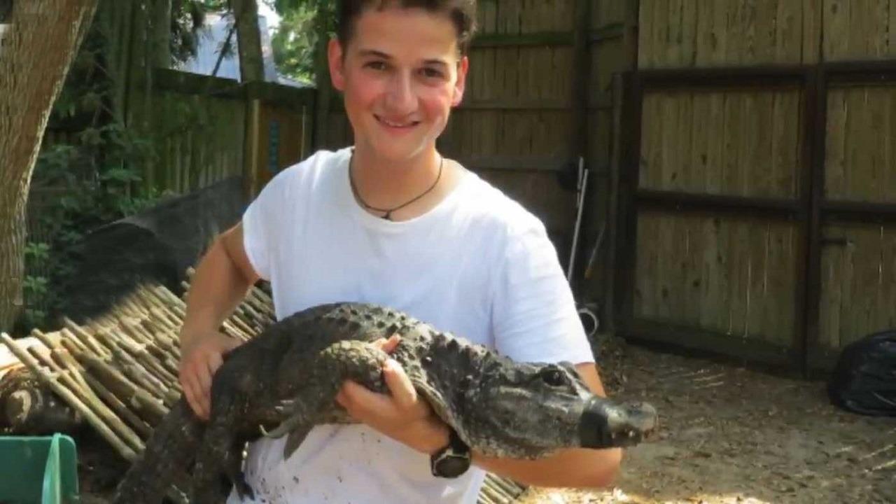 بالفيديو..علماء يجربون غاز الضحك على تمساح ويفوزون بجائزة نوبل