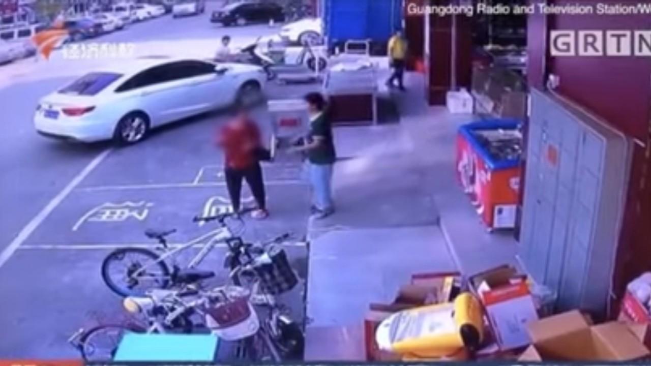 بالفيديو.. سيدة مسنة تتعرض لفضيحة صادمة بحملها لافتة مهينة