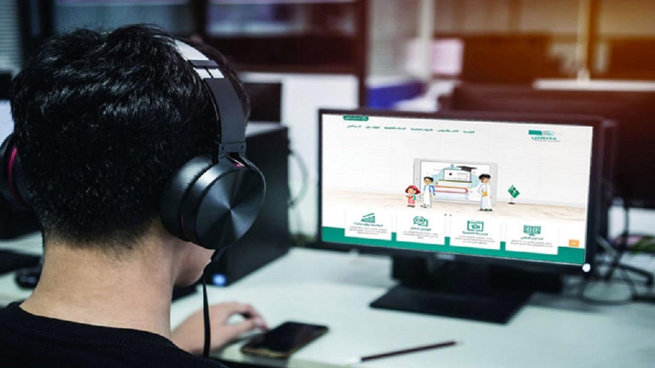 طالب يستغل حبه للحاسب الآلي في مساعدة زملائه للتعامل مع «مدرستي»