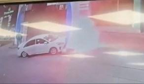 بالفيديو..فتاة تصطدم بسيارتها في محطة وقود وتتسبب في نشوب حريق