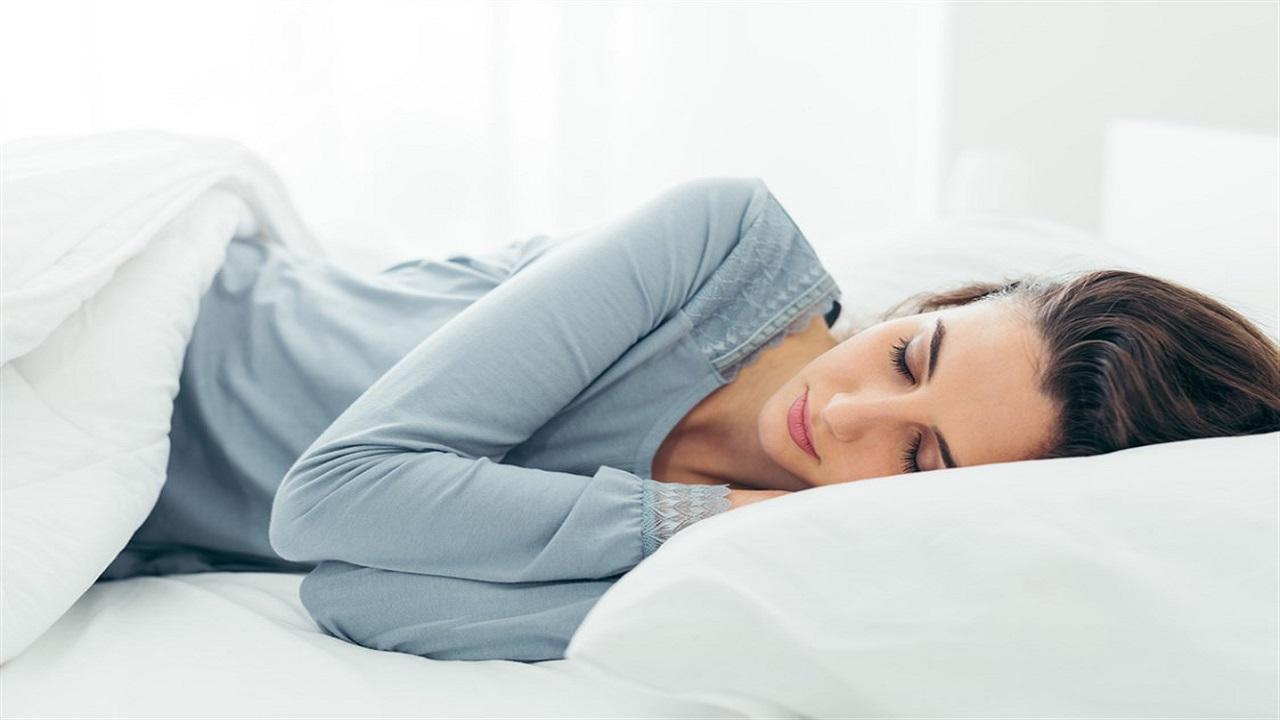 تحذير من تأثير وضعية نومك على بشرتك