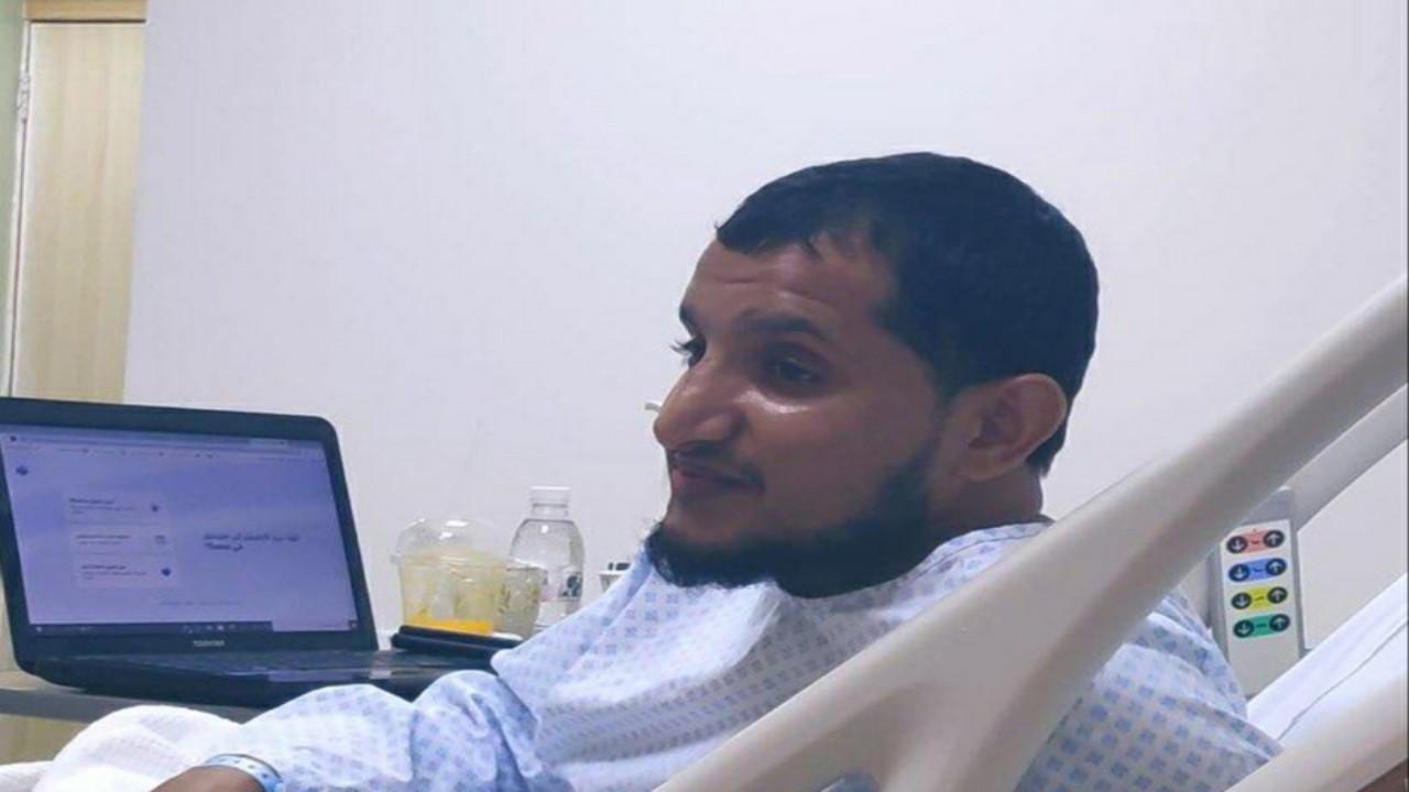 شاهد.. معلم بمكة يتحدى المرض ويشرح الدروس لطلابه من داخل المستشفى