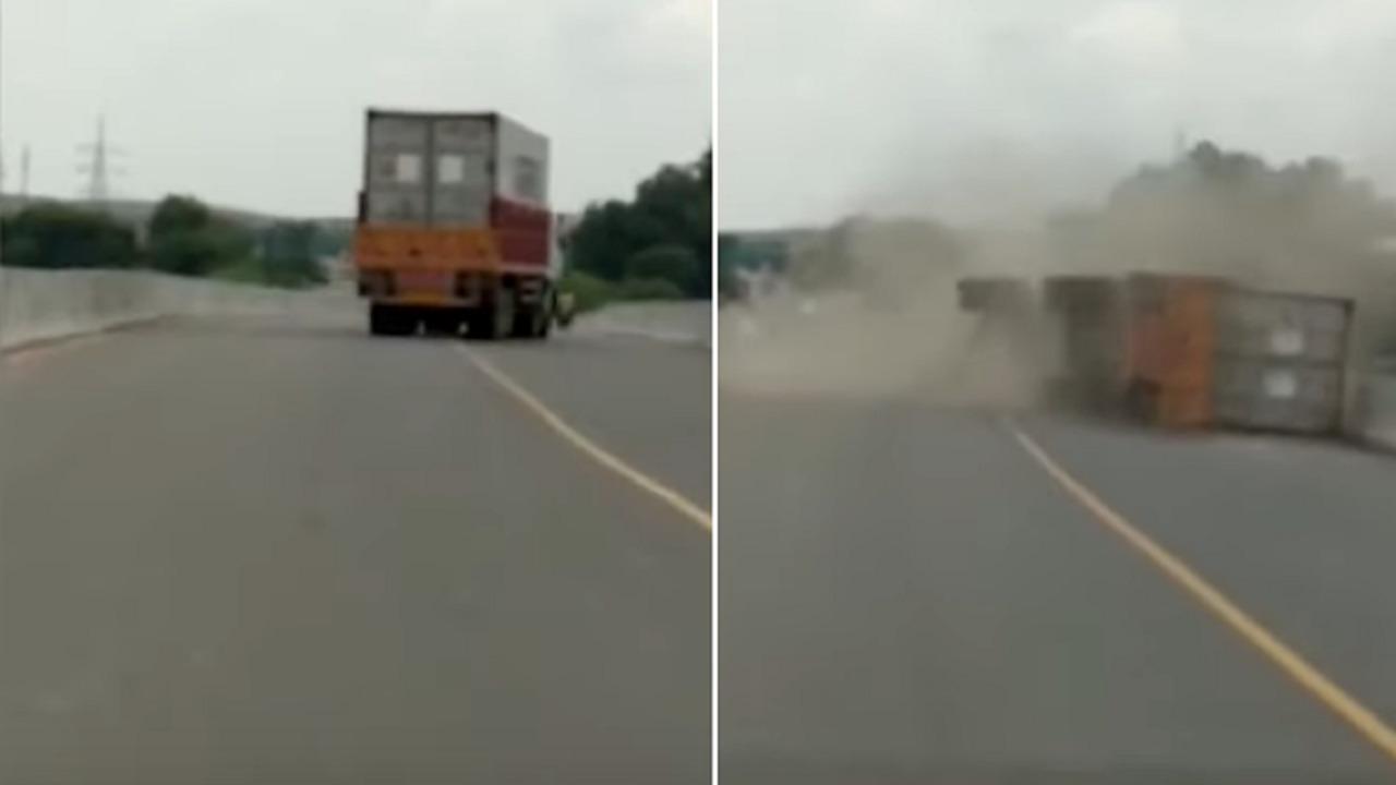 بالفيديو.. انقلاب شاحنة بطريقة مروعة على جانب أحد الطرق