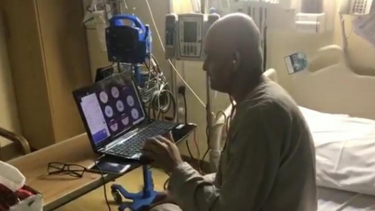 """شاهد.. مدرس مريض بالسرطان يتابع تلاميذه عبر """"مدرستي""""من على السرير الأبيض"""