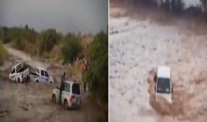 بالفيديو .. حوادث مروعة لسائقين جازفوا بالسير في مجاري السيول