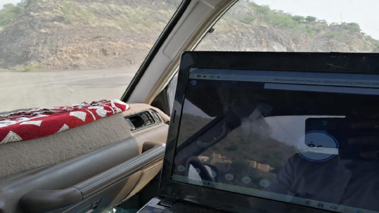 شاهد.. طالب الإبتدائية يصطحبه والده للأماكن الوعرة للبحث عن شبكة إنترنت لمتابعة دروسه