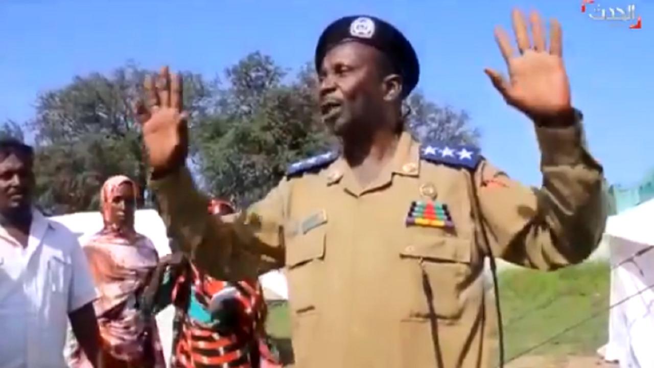 """ضابط سوداني: أي منزل متضرر تجد له مساعدة تحمل شعار """" الملك سلمان """"(فيديو)"""