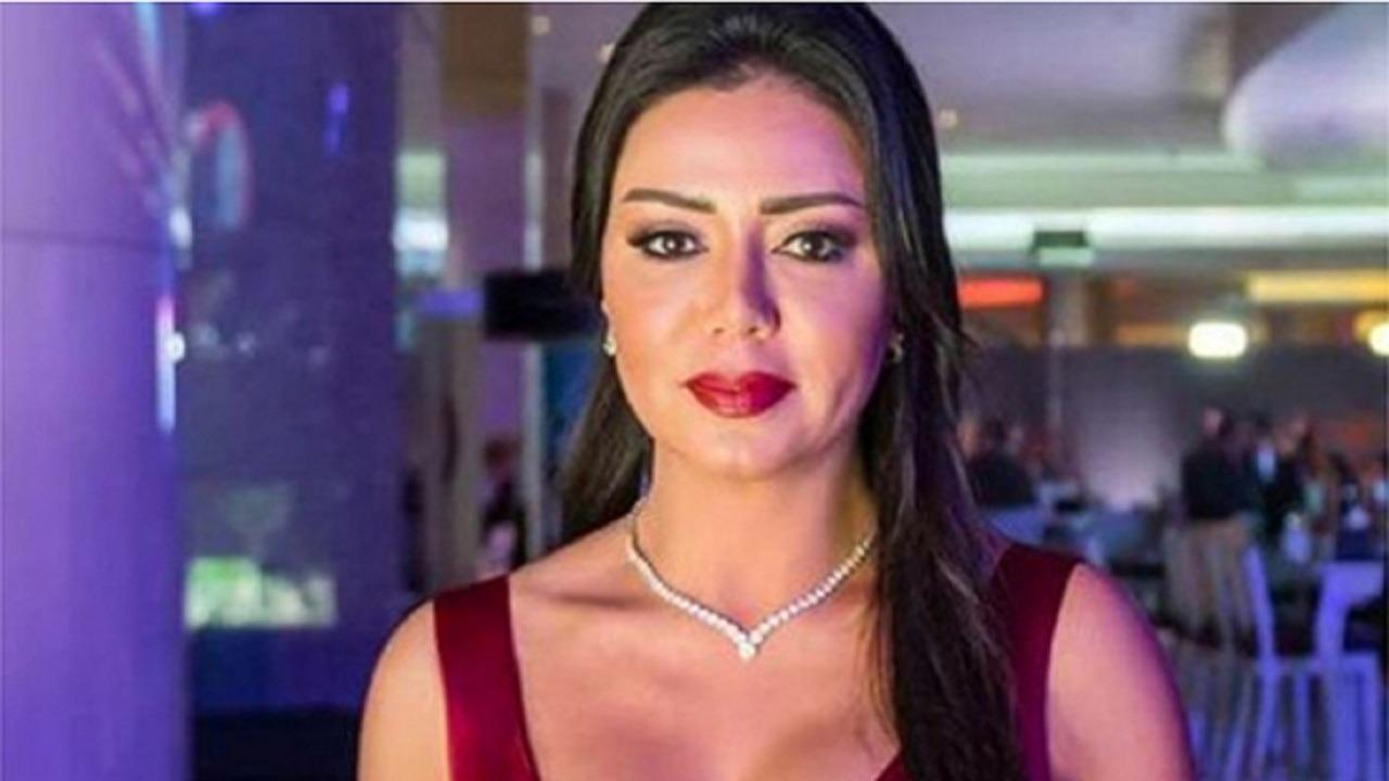 نشطاء التواصل الإجتماعي يقارنون ملامح رانيا يوسف قبل 23 عام والآن