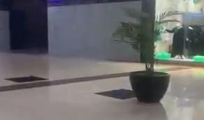 مجمع تجاري بحائل يخلو من الزحام بعد تطبيق مخالفة التباعد الاجتماعي (فيديو)