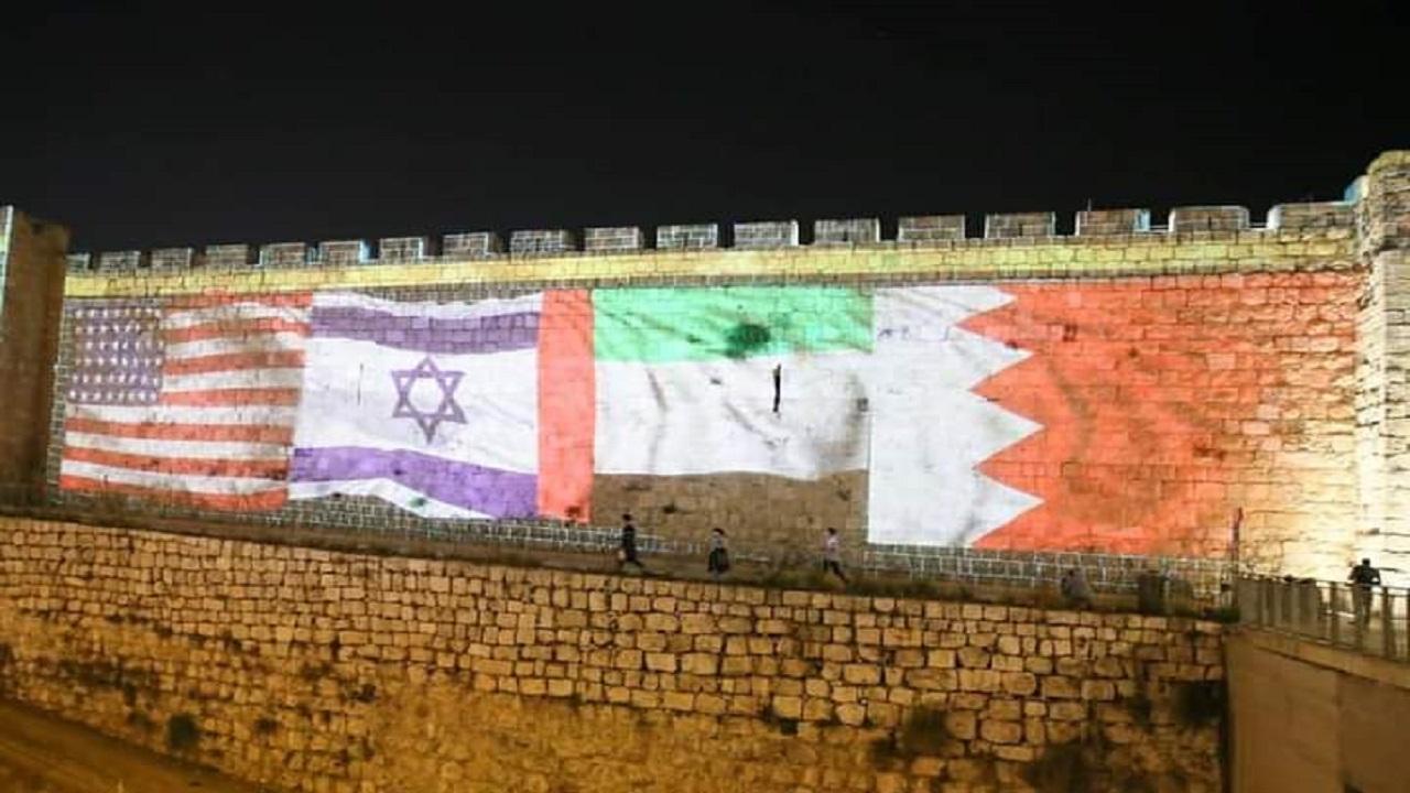 شاهد.. أسوار مدينة القدس تتزين بأعلام السلام