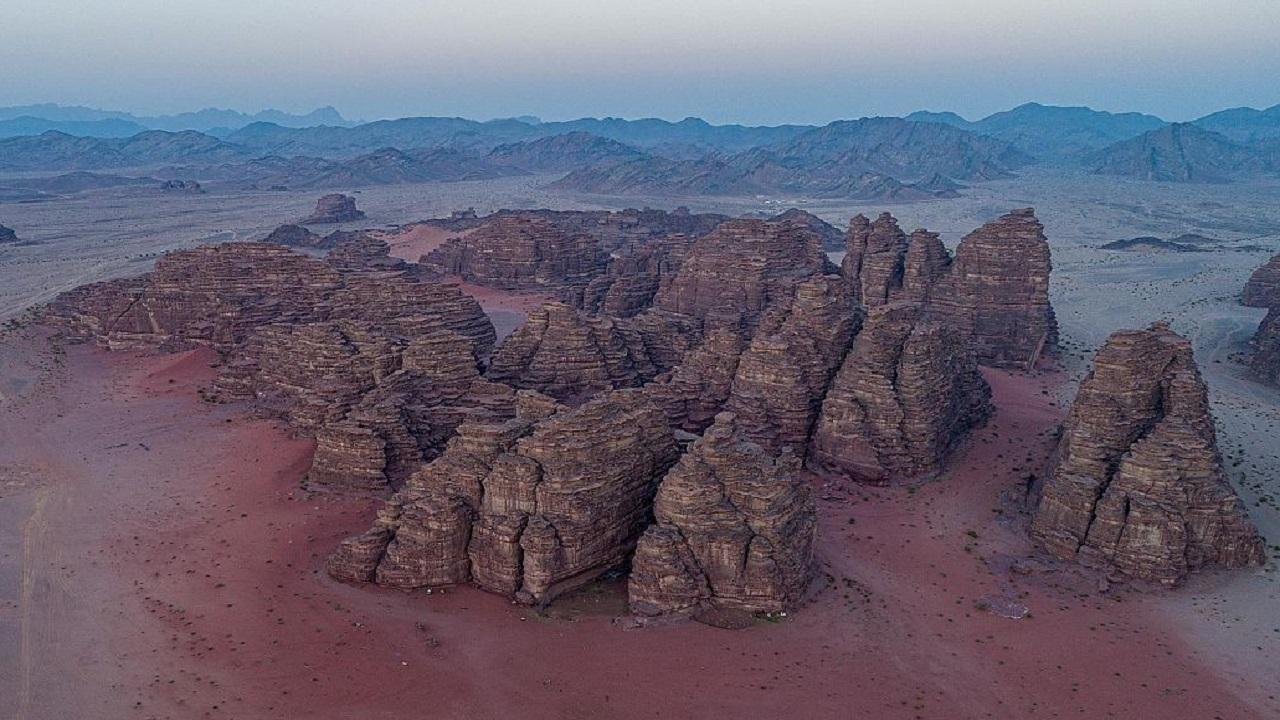 """جبال من الأحجار الرملية في صحراء """" حسمى """""""