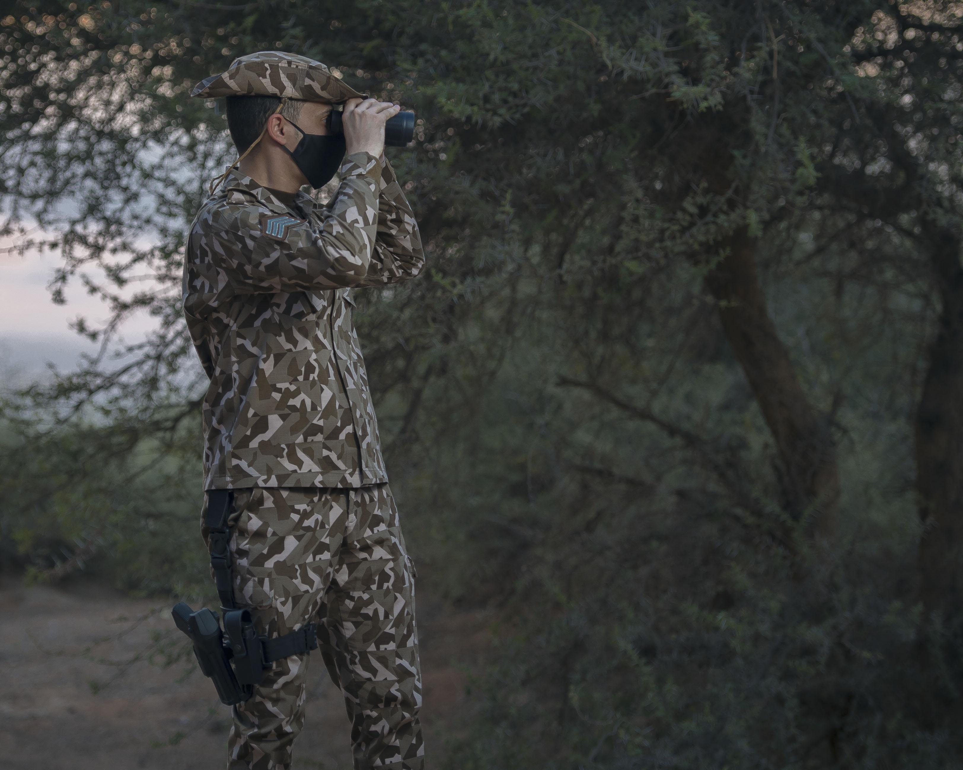 """صورة رائعة لأحد منسوبي """"القوات الخاصة للأمن البيئي"""" أثناء أدائه عمله"""
