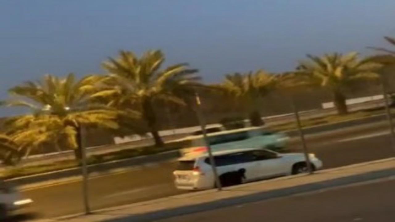 تفاصيل واقعة فتاة ظهرت تصلي بجانب سيارتها على الطريق الدائري بالرياض