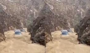 مشهد مروع لانجراف 4 سيارات في وادي شيص(فيديو)