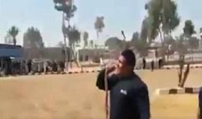 بالفيديو .. بطل بالشرطة يلتهم ثعبان حي شديد السمية في دولة عربية