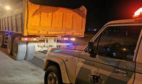ضبط قائد قلاب سار في الطرق بدون غطاء لحمولته