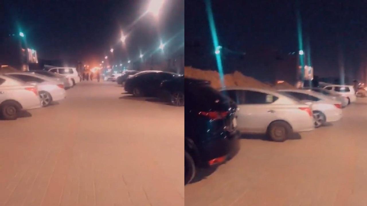 بالفيديو.. مركبات مخالفة تقف على رصيف المشاة