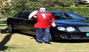 بالفيديو.. رجل يتشبه بالمصريين القدماء ويدفن سيارته ليتمتع بها في الآخرة