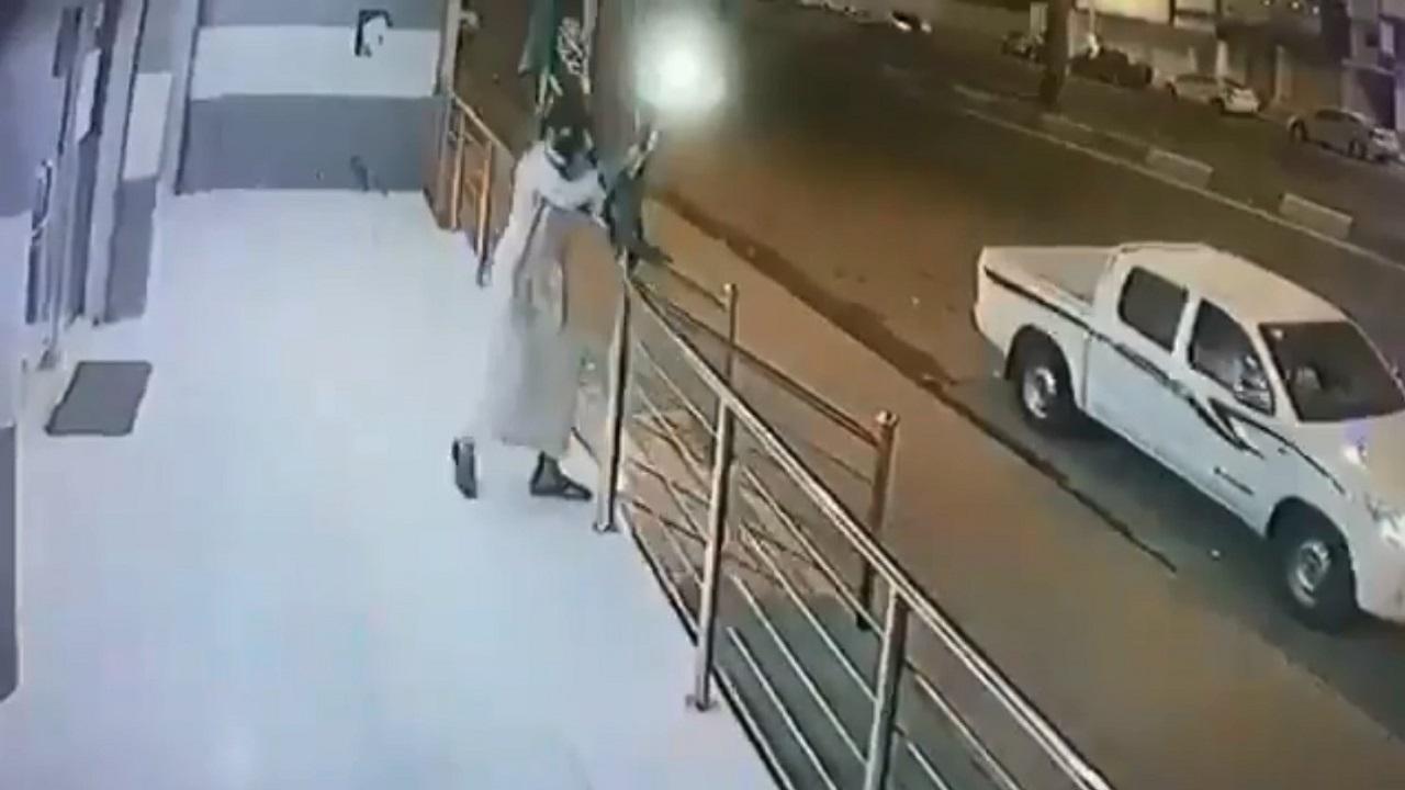 بالفيديو.. شاب يسرق العلم الوطني بطريقة مضحكة من أمام محل تجاري