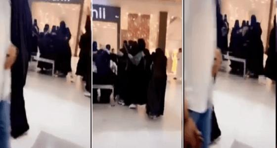 بالفيديو.. مشاجرة نسائية جماعية في مول بحفر الباطن
