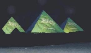 أهرامات مصر الثلاثة تتزين بعلم المملكة احتفاءً باليوم الوطني
