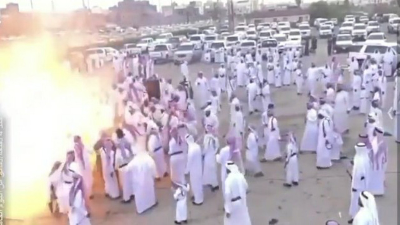 شاهد..النيران تلتهم مواطنين أثناء أداء رقصة شعبيةببنادق البارود