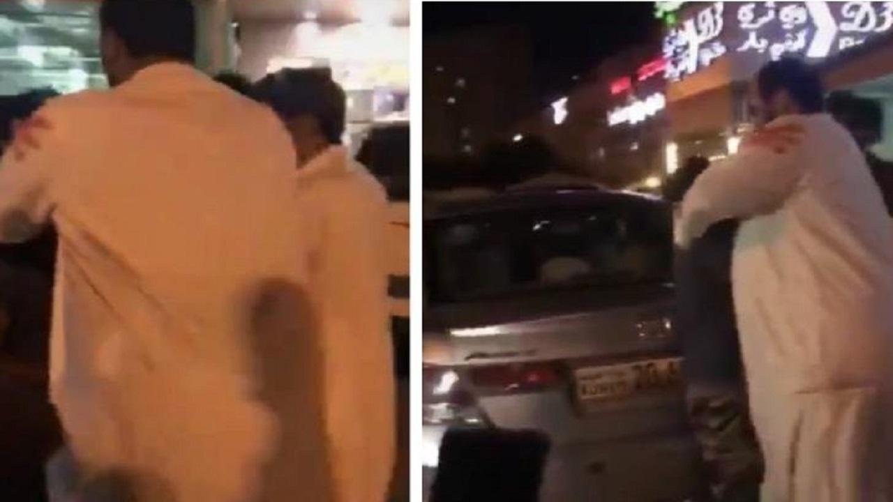 """بالفيديو.. درس قاسي لوافد بعد إهانة """"القرآن الكريم"""""""