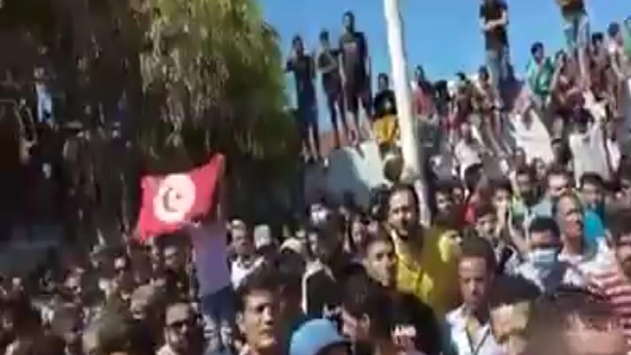 """تونسيون يهتفون خلال تشييع ضحية حادثة سوسة: """"يا غنوشي يا سفاح """"(فيديو)"""