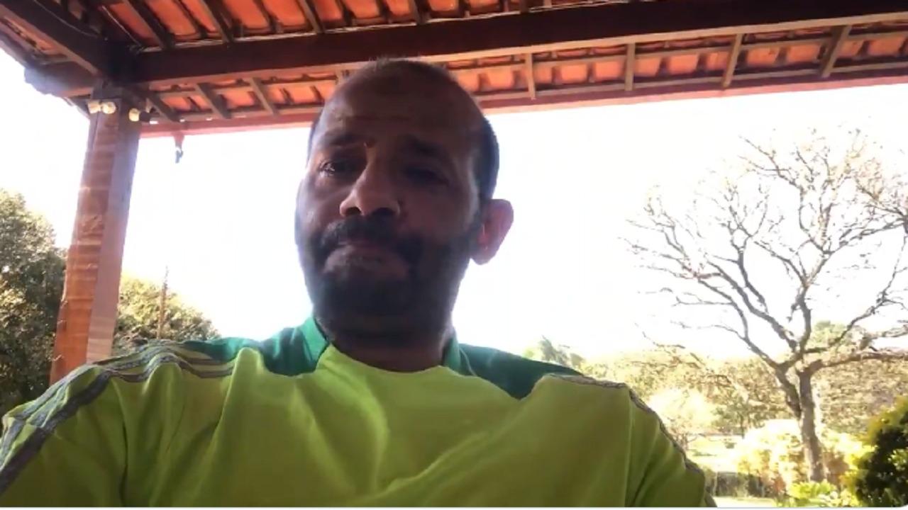 بالفيديو..نجم المنتخب السابق محمد عبدالجواد يبكي حزنًا على خالد مسعد