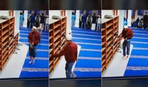 شاهد .. لص يسرق أحذية المصلين ويخبئها في ملابسه