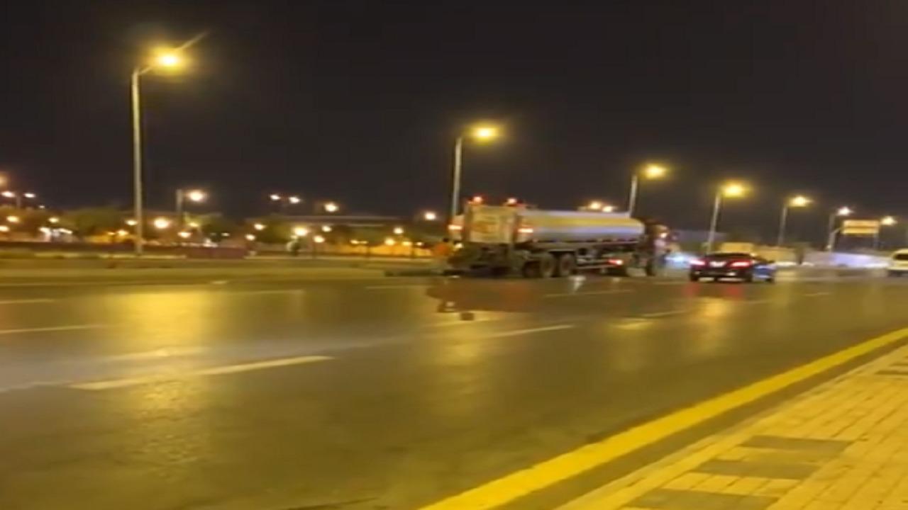 بالفيديو..صهريج يسقي الزرع وسط الطريق دون تحذير المارة