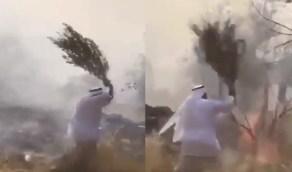 بالفيديو.. مواطن يحاول إخماد حريق جبل عمد