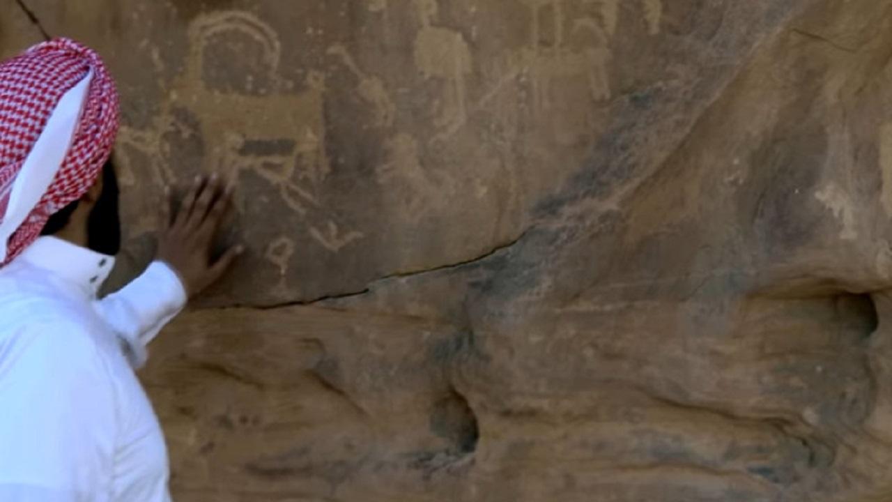 بالفيديو.. عالم يوضح متى انقسمت صخرة تيماء