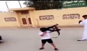 شاهد.. طفل يحمل سلاح ناري ويطلق الأعيرة في الهواء بشكل عشوائي
