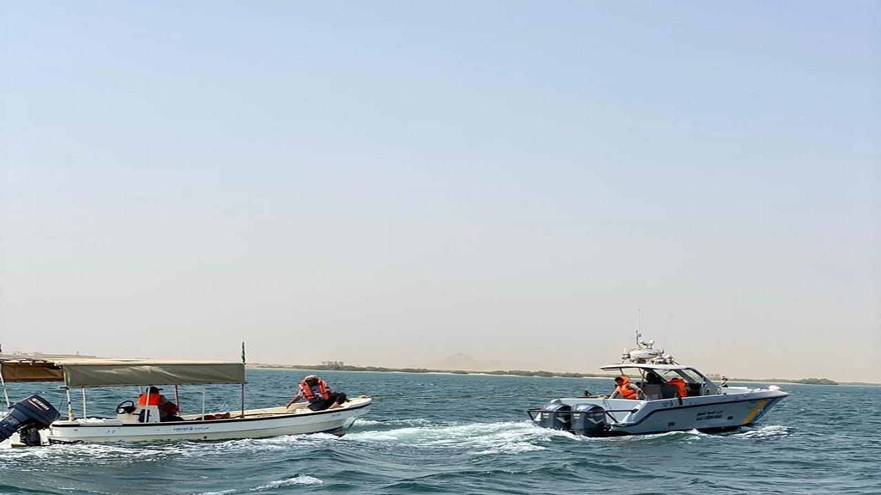 إنقاذ مواطنين بعد تعطل قاربهما في جزيرة سحل بالقحمة
