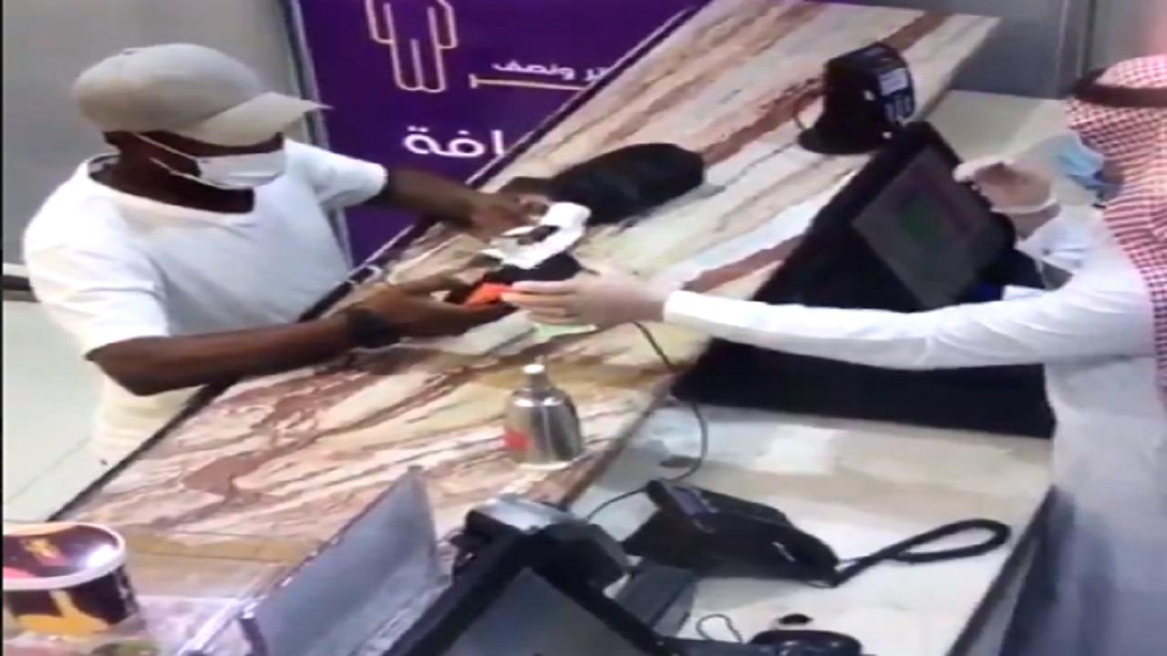 """بالفيديو..زبون يحاول خداع كاشير في مطعم أثناء شراء """" تيس """""""