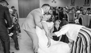 بالصور.. عروس يغمي عليها في حفل الزفاف من شدة الفرحة