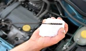 كيفية التحقق من مقياس الزيت في السيارة