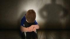 رجل يتحرش بطفل أمام والده داخل مركز تجاري