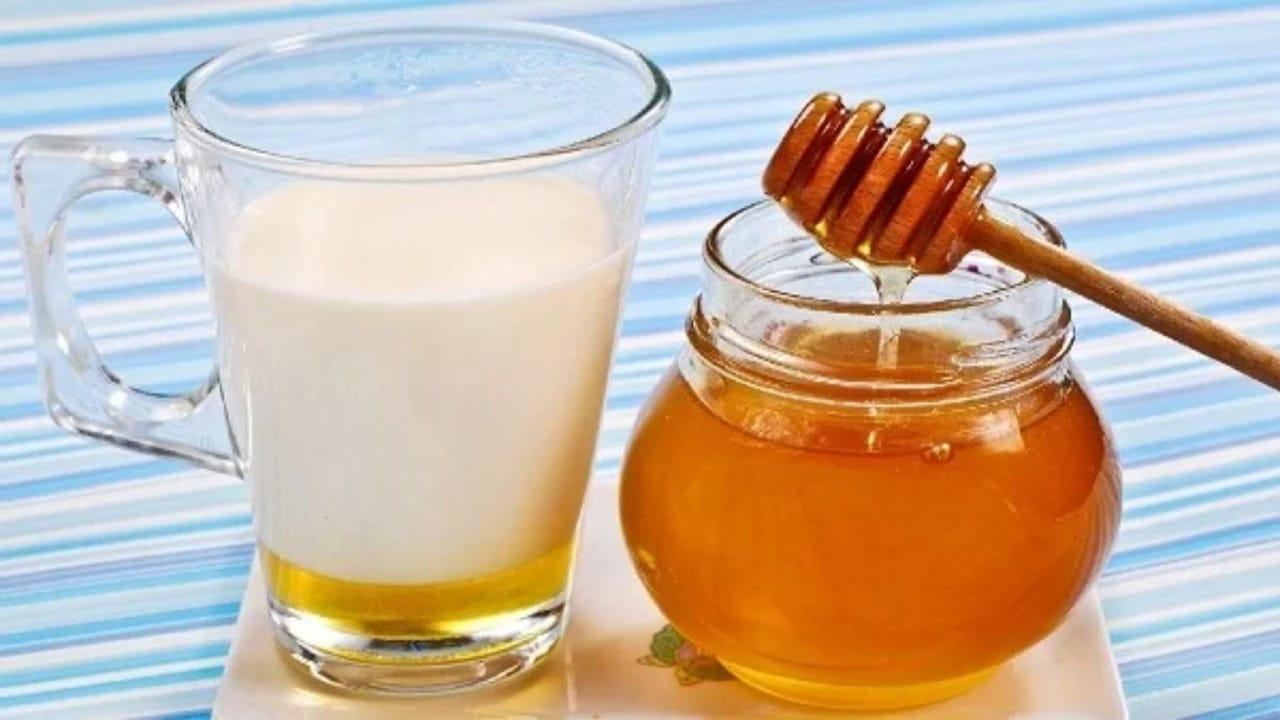 الحليب بالعسل صباحًا يقوي العظام ويعالج السعال