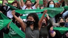 آلاف النساء يتظاهرن لمنع تجريم الإجهاض