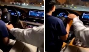 بالفيديو.. ردة فعل غير متوقعة لطفل يقود مركبة أثناء اقتراب سيارة المرور نحوه