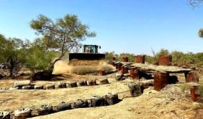 بالصور.. ضبط عمال ومصانع لاقتلاع أشجار الأثل لصنع القطران في القنفذة