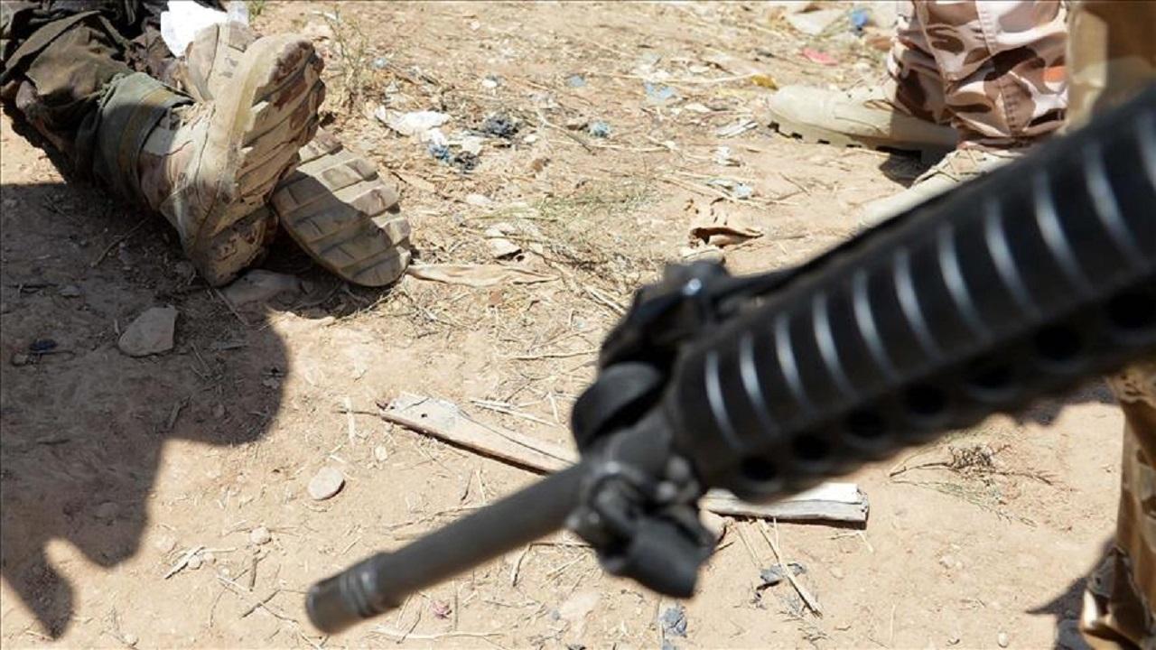 حوثي يقتل والديه وأحد أقاربه رميا بالرصاص