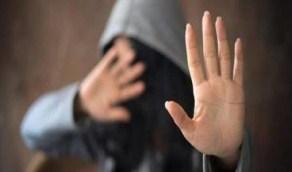 طالب يغتصب زميلته ويرفض الاعتراف بطفلته منها