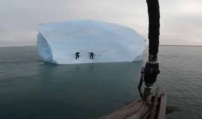 بالفيديو.. إنهيار جبل جليدي على إثنين من المغامرين حاولا تسلقه