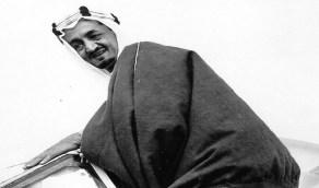 صورة نادرة للملك فيصل يصعد إلى طائرة حربية قبل 77 عاما